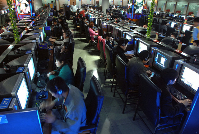 14 Mar 2006, HEFEI, China --- Chinese use computers at Internet cafe in Nanjing --- Image by © STRINGER/CHINA/Reuters/Corbis
